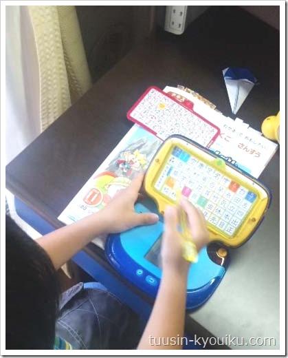 かきじゅんマシーンGを使って字の勉強している1年生。進研ゼミ小学講座2013年度付録