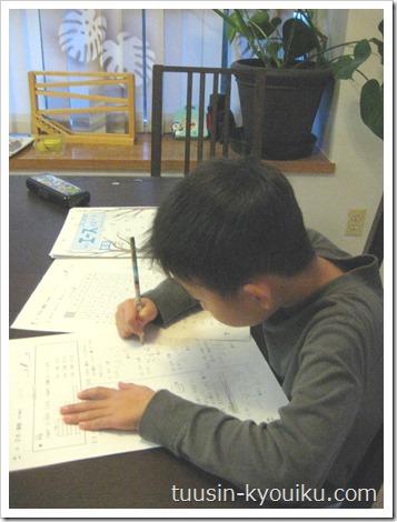 がんばる舎のガンバエースでリビング勉強中の小2の男の子