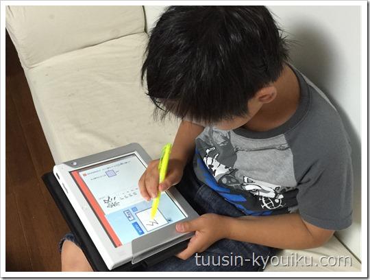 チャレンジタッチで勉強中の小学3年生男子
