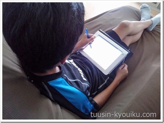 チャレンジタッチで勉強中の小学6年生男子