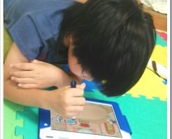 チャレンジタッチで勉強中の小学2年生