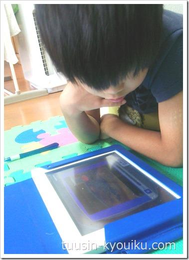 小学2年生くつろぎながらのタブレット学習