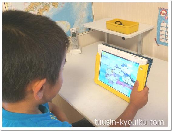 チャレンジタッチでタブレット学習している3年生